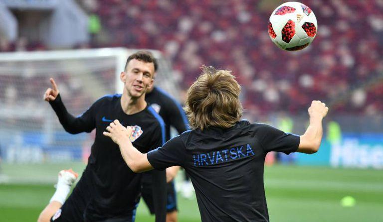 Modric (de costas) treina com Perisic antes da semifinal contra a Inglaterra.