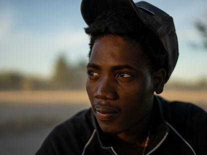 Alexander Lundi, um migrante de 23 anos do Haiti, fotografado no campo montado em Ciudad Acuña (México), em 22 de setembro de 2021.