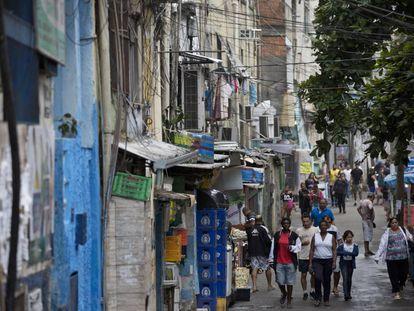 Moradores da favela da Rocinha, nesta terça.