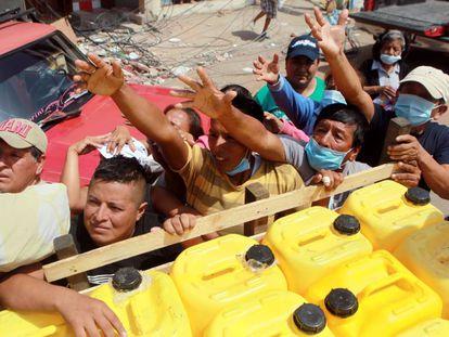 Sobreviventes do terremoto esperam ajuda na quinta-feira em Manta.