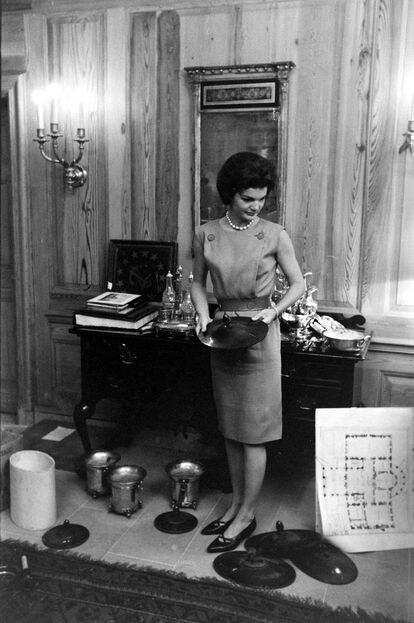 Jacqueline Kennedy seleciona peças que recuperou para a coleção da Casa Branca, na época em que reformou os cômodos da residência presidencial.