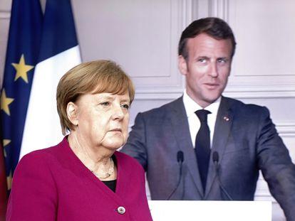 Angela Merkel chega à coletiva de imprensa conjunta com Emmanuel Macron (na tela) na sede do Governo alemão, nesta segunda-feira em Berlim.