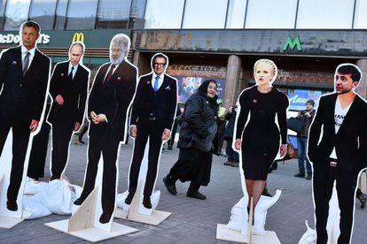 Bonecos de papelão em tamanho natural de vários candidatos à presidência da Ucrânia, nesta quinta-feira, em Kiev