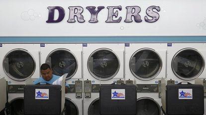 Um eleitor exerce seu direito ao voto em uma lavanderia em Chicago.