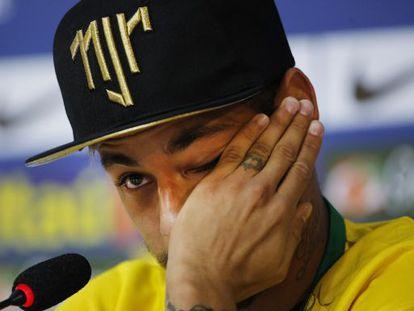 Neymar chora ao lembrar de sua lesão.