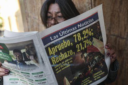 Uma mulher lê jornal na segunda-feira em Santiago.