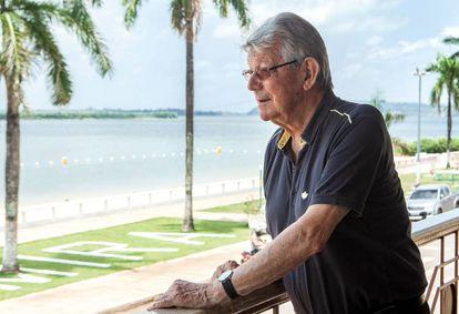 Dom Erwin Kräutler observa o rio Xingu, na última segunda-feira.