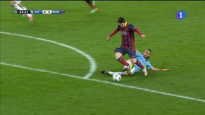 Captura da falta que Messi sofreu fora da área e que o árbitro considerou pênalti.