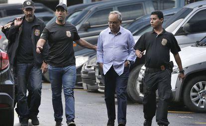 Lélis Teixeira, presidente da Federação das Empresas de Transportes do Rio de Janeiro, é conduzido durante operação Ponto Final, da Lava Jato, em julho de 2017.