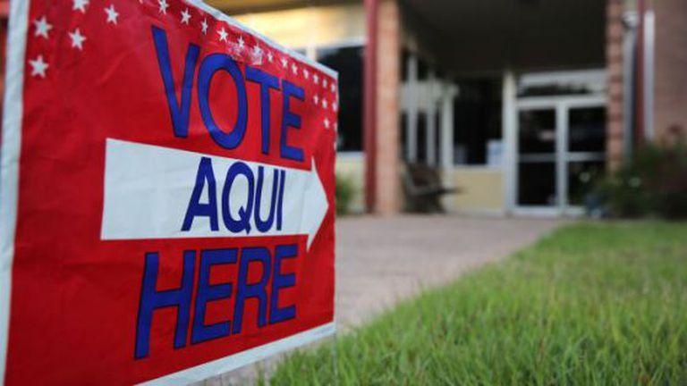 Placa eleitoral bilíngue nos Estados Unidos.