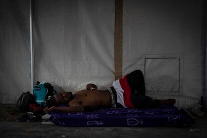 Um migrante haitiano dorme nesta segunda-feira em uma loja de campanha, em Del Rio.