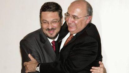 """O ex-ministro Antonio Palocci afirmou que conseguia informações privilegiadas com o então presidente do Banco Central, Henrique Meirelles, e as repassava ao Bradesco. Meirelles diz que """"afirmação é absurda"""". Na imagem, Palocci e Meirelles em 2003."""