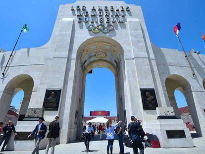 A porta do estádio Los Angeles Momerial Coliseum.