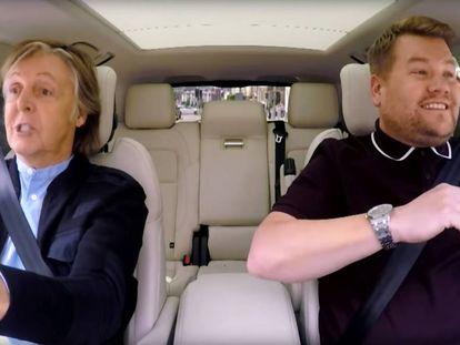 Paul McCartney e James Corden se divertindo feito crianças enquanto fazem o mundo feliz.