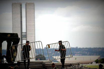 Soldados preparam alambrados de segurança para a posse.