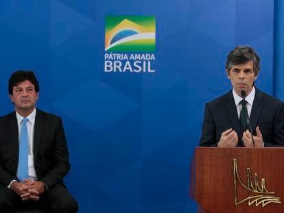 Os ex- ministro da Saúde do Governo Bolsonsro, Luiz Henrique Mandetta e Nelson Teich, em 17 de abril, quando Teich tomava posse.