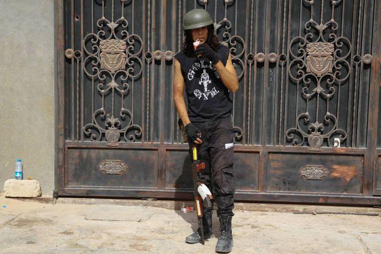Um combatente líbio do Governo que luta contra o Estado Islâmico descansa em Sirte.