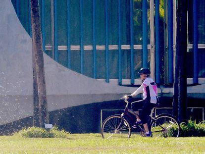 A ex-presidenta Dilma Rousseff pedala na região do Palácio do Alvorada, em Brasília, na manhã desta quinta-feira, um dia após o impeachment.