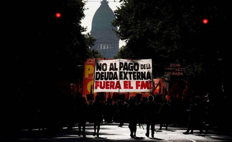 Manifestantes em passeata nesta quarta-feira contra a presença de uma missão do FMI em Buenos Aires.