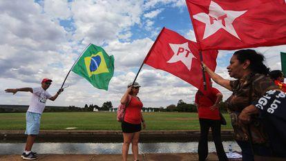 Apoiadores de Dilma Rousseff em frente ao Palácio da Alvorada.