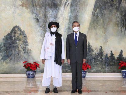 O cofundador do Talibã, o mulá Abdul Ghani Baradar, e o ministro das Relações Exteriores chinês, Wang Yi.