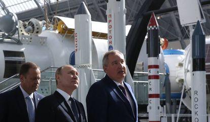 Putin visita uma exposição de mísseis em Moscou.