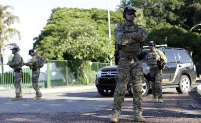 Policiais em frente à casa oficial do presidente da Câmara.