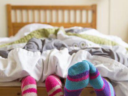 Na cama, sempre com meias