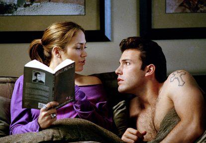 Jennifer Lopez e Ben Affleck em uma cena do filme 'Contato de Risco', de 2003.