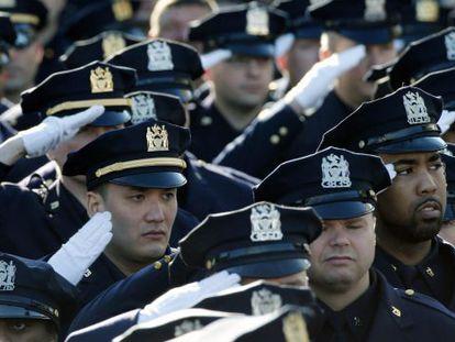 Milhares de policiais rendem homenagem ao agente durante o funeral.