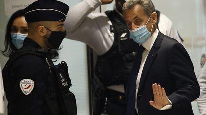 O ex-presidente francês Nicolas Sarkozy, ao chegar a um tribunal em Paris em 1º de março.