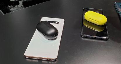 A parte traseira do S10 funciona também como carregador. Na foto, os novos fones de ouvido Galaxy Buds sendo carregados.