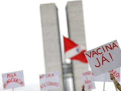 Protesto contra Bolsonaro na frente do Congresso, em Brasília, em 23 de dezembro.