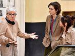 Woody Allen charla con Timothée Chalamet y Selena Gomez en el rodaje de 'Día de lluvia en Nueva York', en septiembre de 2017.