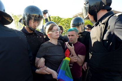 Ativistas LGBTI são presos em São Petersburgo (Rússia), em 17 de maio de 2019. Nesse país, a nova versão de 'A Bela e a Fera', lançada em 2017, sofreu boicotes porque um dos personagens foi considerado homossexual.