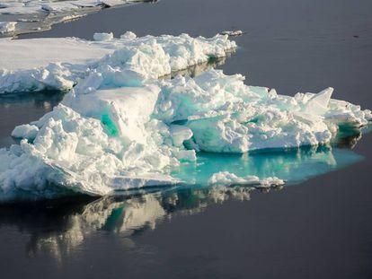 Bloco de gelo flutuando no Ártico.