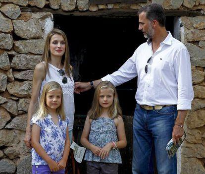 Os Príncipes com suas filhas, Leonor e Sofía, em Palma em 2013.