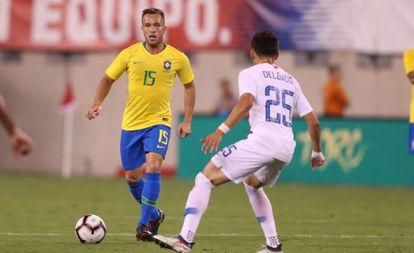 Arthur em sua estreia pela seleção, contra os Estados Unidos.