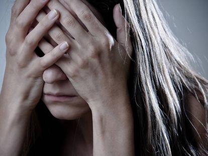 Uma mulher cobre seu rosto