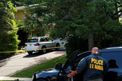 Policiais investigam a casa da juíza Esther Salas, em Nova Jersey, depois do tiroteio.