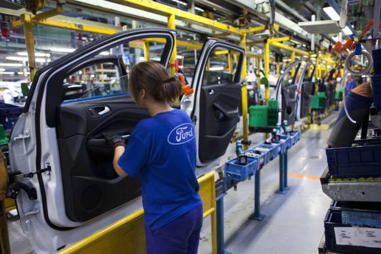 Trabalhadores em uma montadora Ford.