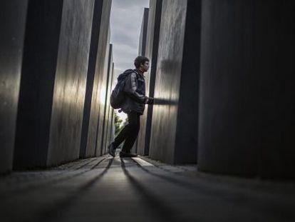 Uma criança visita o monumento aos judeus europeus mortos, em Berlim.