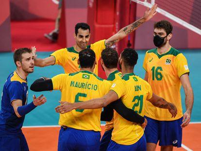 Brasileiros do vôlei comemoram ponto sobre a Tunísia na estreia.