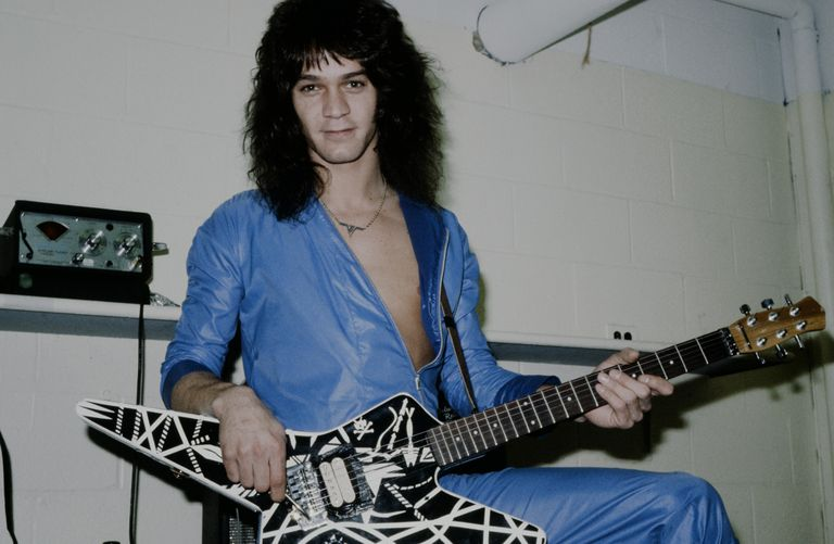 Eddie Van Halen posa com sua guitarra no camarim de um show no Havaí, em outubro de 1979.
