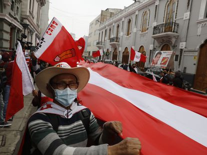 Apoiadores do candidato Pedro Castillo nesta segunda-feira em Lima, Peru.