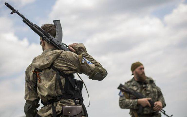 Rebeldes pró-russos na zona em que caiu o avião.