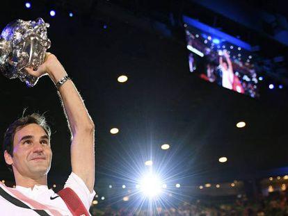 Federer ergue o troféu de campeão em Melbourne.