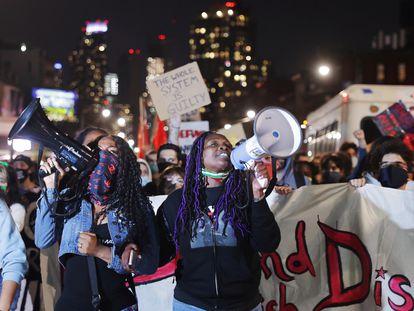 Um grupo de manifestantes no Brooklyn (Nova York) depois do veredicto do caso George Floyd.