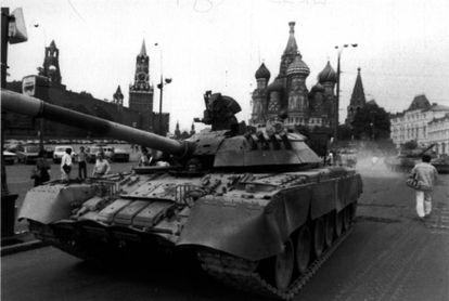 Tanques soviéticos na praça do Kremlin em agosto de 1991.