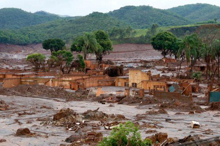 Localidade de Bento Rodrigues devastada após rompimento de barragem.